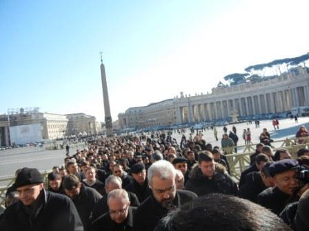 20130215230140-papa-y-sacerdotes-ii.jpg