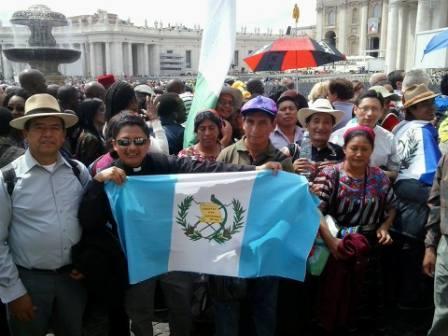 20140427001523-guatemaltecos-en-la-canonizacion.jpg
